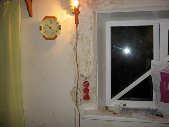 Кабель пропустили по откосу окна, чтобы не ломать штукатурку деревянной стены