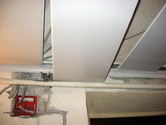 Кроме описанных трёх проводов, на фото ещё два - на вторую розетку и настенный светильник