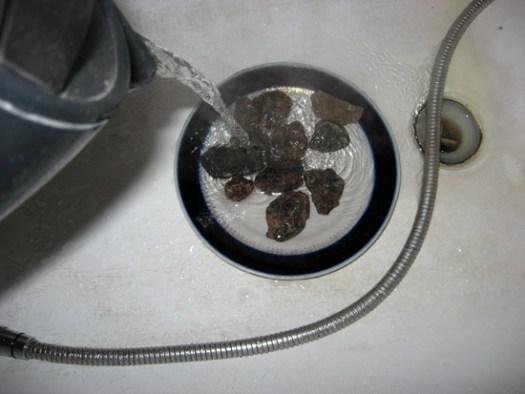 Кипятком промываем камни для дренажа
