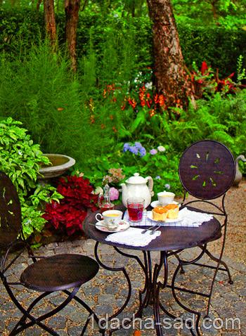 летний столик и стулья на гравийной площадке