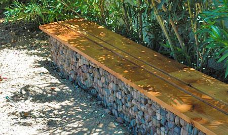 Длинная деревянная скамейка из габионов