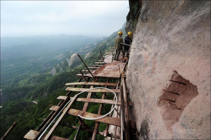 How-to-build-a-path-for-tourists-in-the-mountains-of-China-10