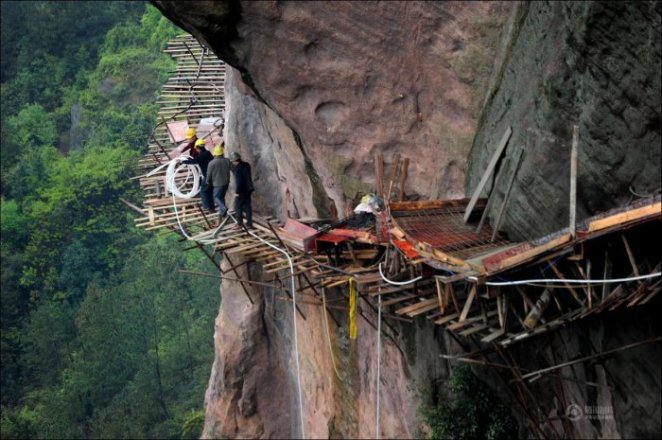 How-to-build-a-path-for-tourists-in-the-mountains-of-China-12