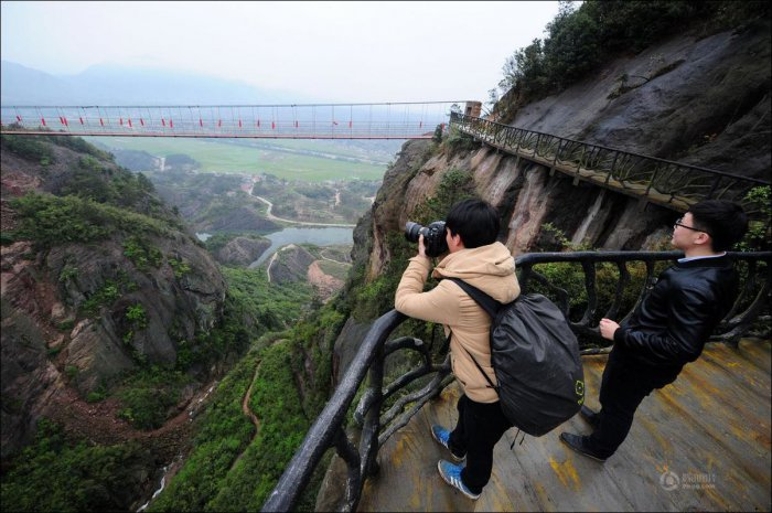 How-to-build-a-path-for-tourists-in-the-mountains-of-China-7