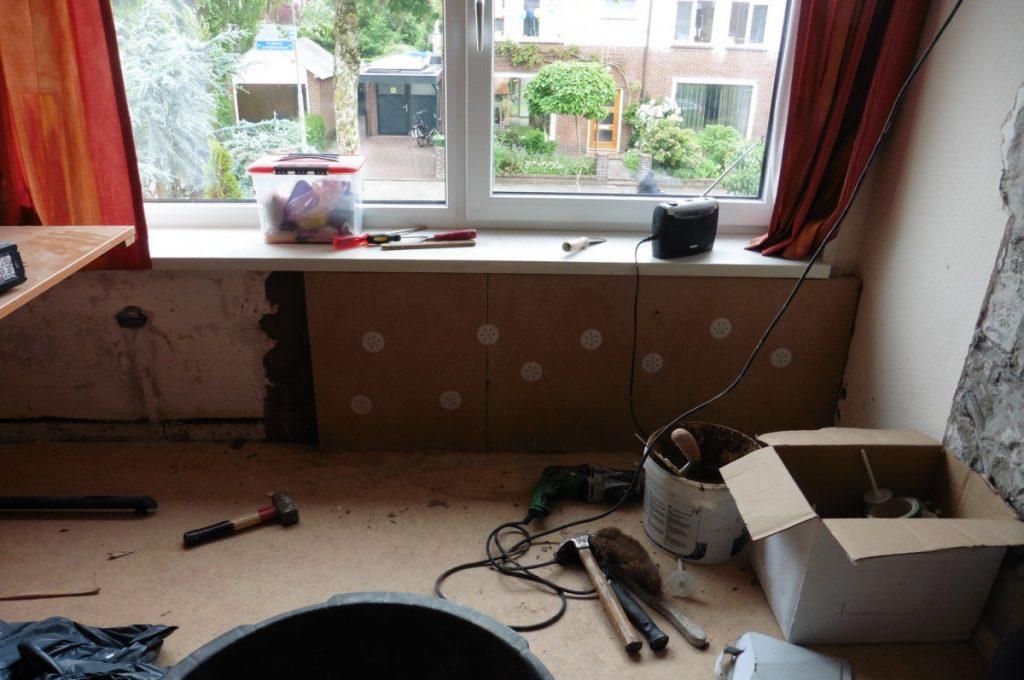 Isoleren en afwerken ruimtes onder de vensterbanken