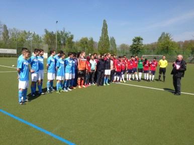 Vor dem Meisterschaftsspiel gegen FIAM Italia Mainz wird der 1. FC Nackenheim für seine Integration von Flüchtlingen geehrt.