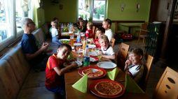Pizza im Vereinsheim gab es für die F2-Junioren.