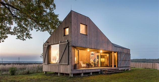 Z východu je dům maximálně otevřený zahradě a zapuštěnou terasou poskytuje svým...