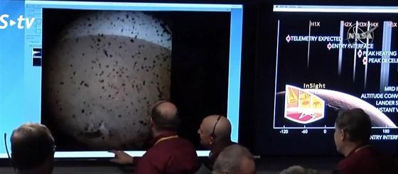 První snímek ze  sondy InSight. po přistání