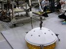 Dva metry a čtyřicet centimetrů dlouhý dlouhý manipulátor sondy InSight drží...