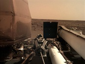 Druhá fotografie pořízená sondou InSight po přistání 26.11.2018 na Marsu....