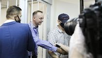 Ivan Safronov shakes hands with his followers in the courtroom.