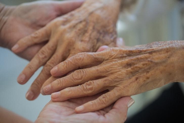 おばあさんの手を握る