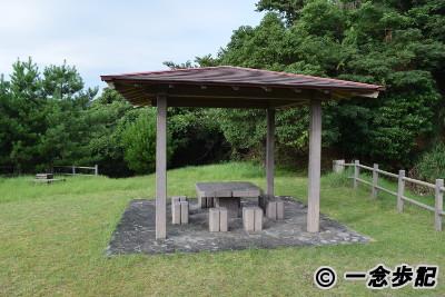 屋根付きのテーブルとイス