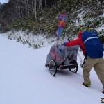 雪の中、長い坂を上る