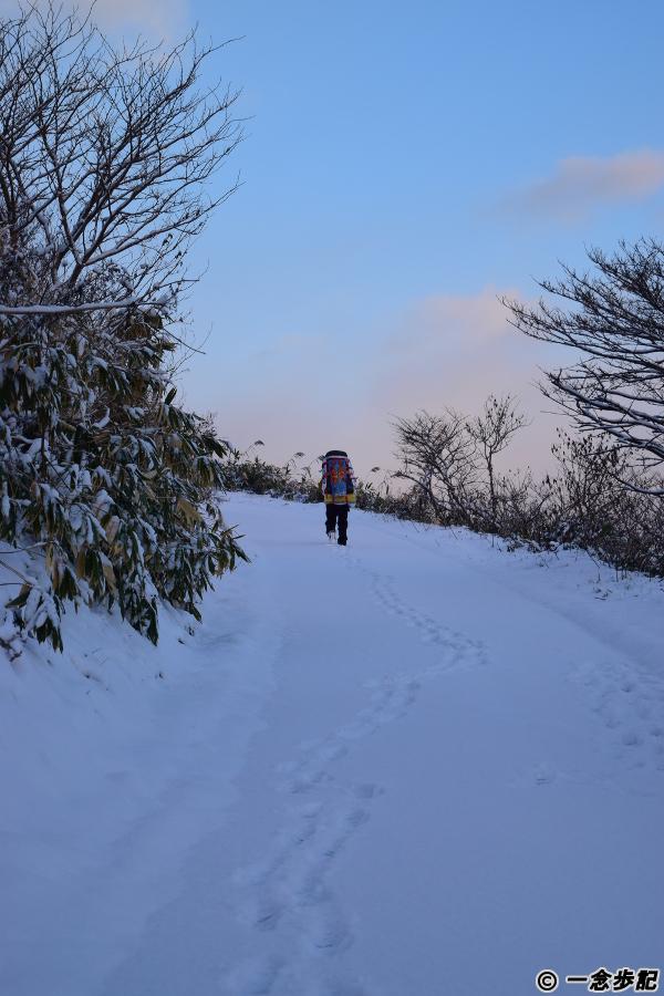 雪の坂道も上る