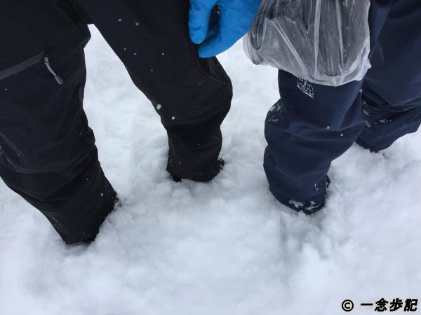 スネまで雪に埋まる