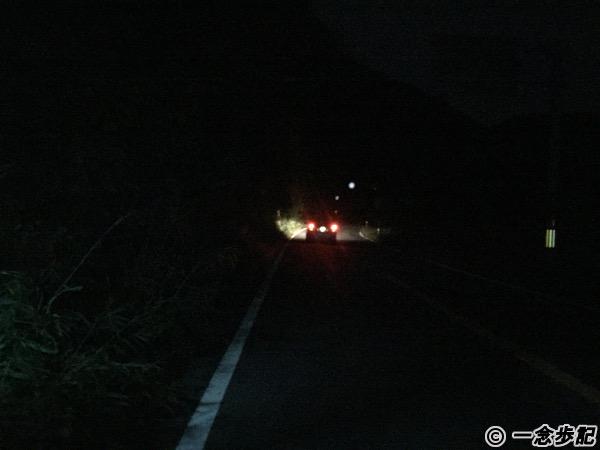妻を載せた車が闇に消えていく