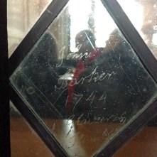 Un graffiti de 1744 sur l'un des vitrail de la chapelle