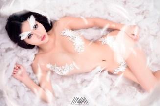 Thiên thần Pong Kyubi gợi cảm với bộ ảnh White Angel của Max Nguyễn