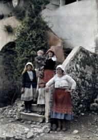 Τρεις γυναίκες ποζάρουν στο φακό μαζί με παιδιά πάνω σε πέτρινα σκαλοπάτια, Κέρκυρα.