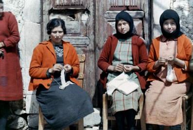 Γυναίκες κάθονται και πλέκουν στην Κρήτη.