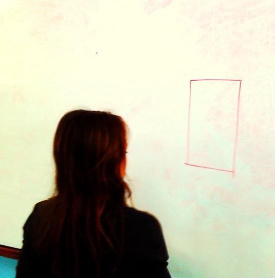 """Μόλις η μαθήτρια δήλωσε πως """"διάβασε"""" το σχήμα, της είπαμε να ζωγραφίσει στον πίνακα...το σχήμα που διάβασε"""