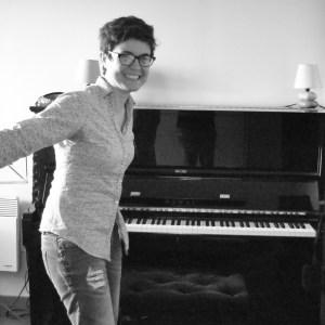 Salle de cours de piano à Saint-Malo avec Aurelie Chevalier professeur de piano.