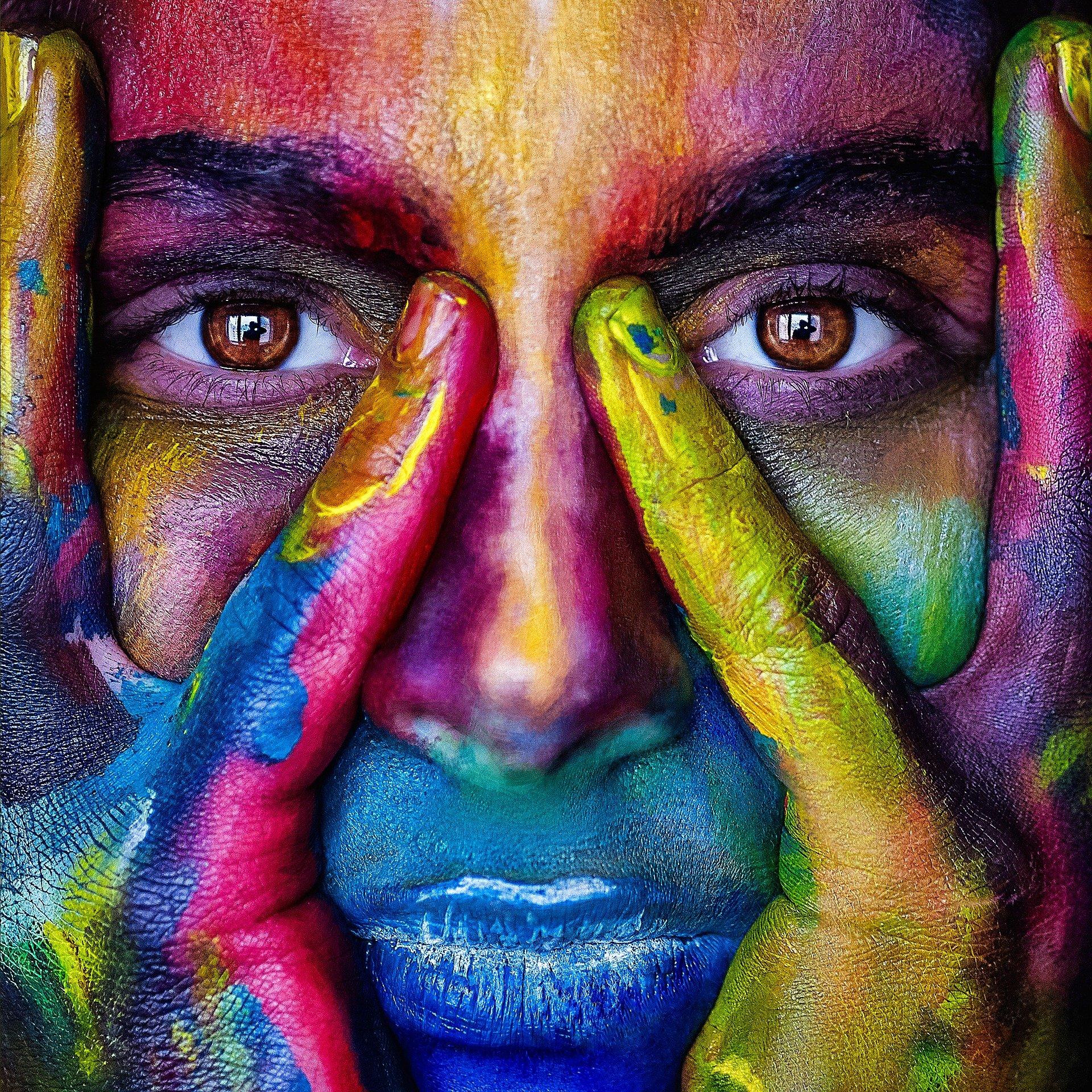 Couleur sur un visage pour exprimer les différentes tonalités