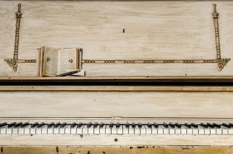 Piano blanc romantique