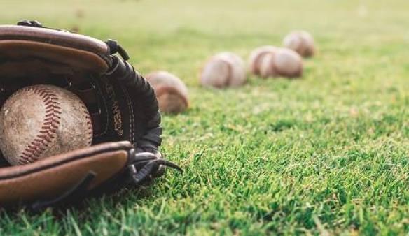 Gant et balles de base ball illustrant l'expérience perfectionnisme et apprentissage.