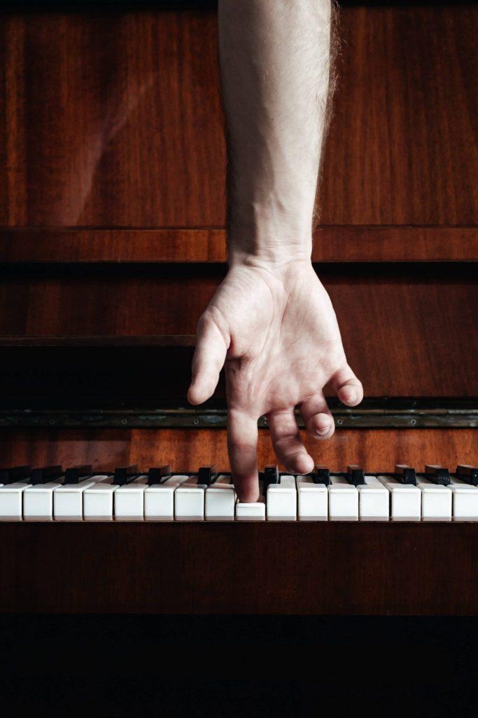 doigt posé sur une touche de piano