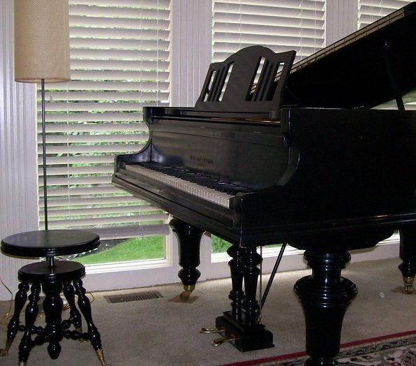 Le tabouret rond d'un piano à queue