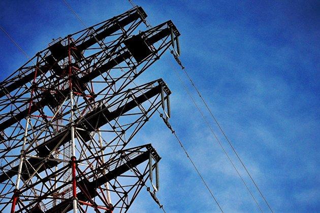 Опоры высоковольтного электричества через реку Амур в Хабаровском крае