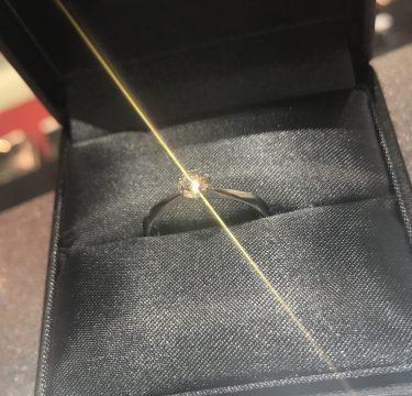 新潟で手に入る婚約指輪 [世界三大ダイヤモンドブランドのラザールダイヤモンド] 世界で最も美しいダイヤモンド®️ 虹の七色が美しい…