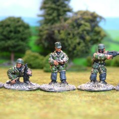 German paras Cmnd & light machine guns.