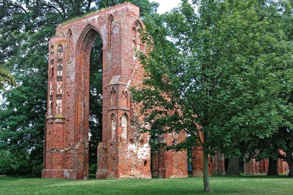 monastery-1427054_1280