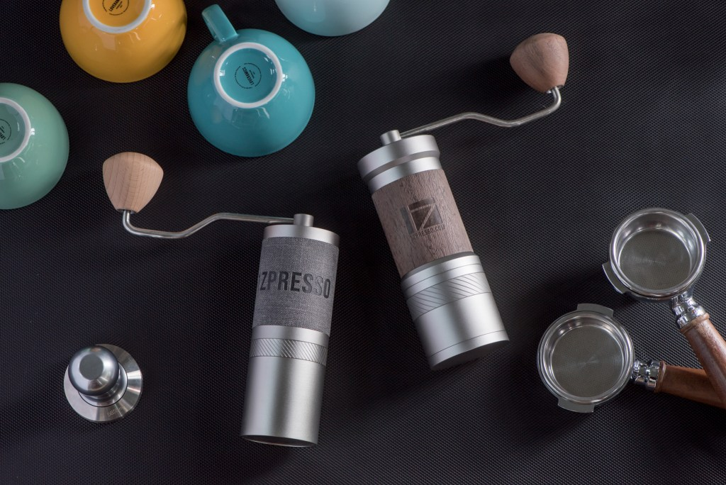 JE and JE-Plus grinder lying together with the cups
