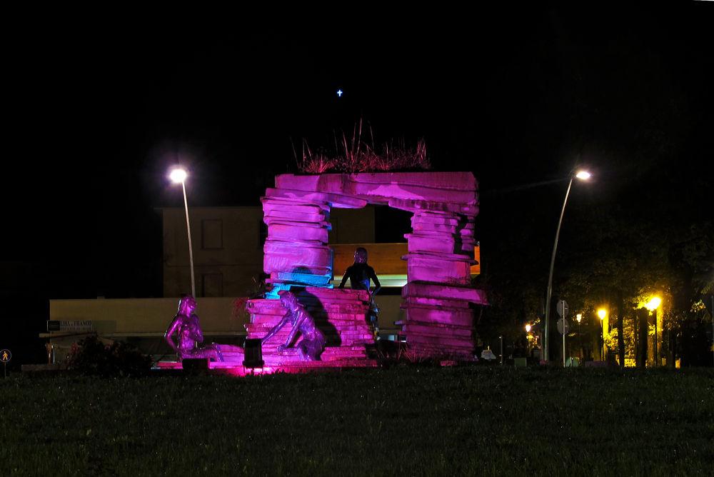 Lotta al tumore al seno a Bagno di Romagna la fontana si tinge di rosa