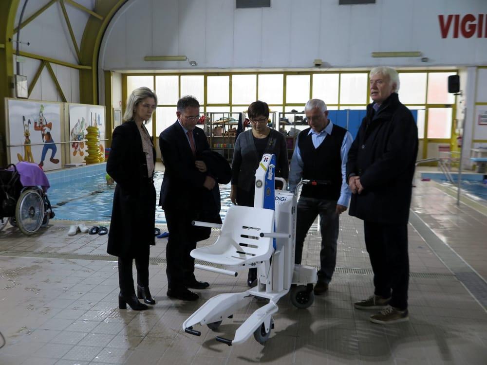 Piscina dei Vigili del Fuoco in dono un sollevatore per disabili e riabilitazione