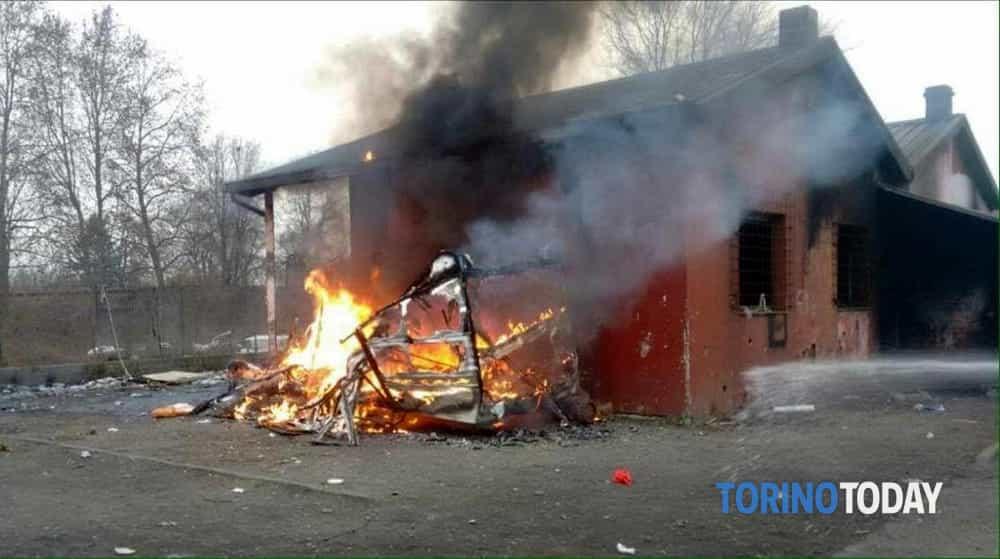 Incendio al campo nomadi le fiamme distruggono un camper