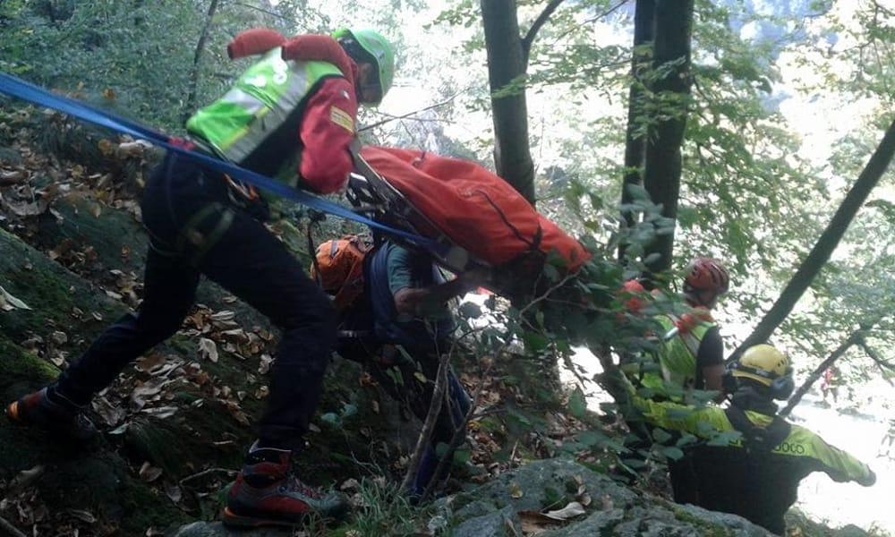 Il recupero del corpo di Andrea Casagrande nei boschi di