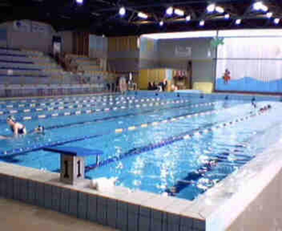 Malore in piscina rischia di annegare lo salvano i bagnini