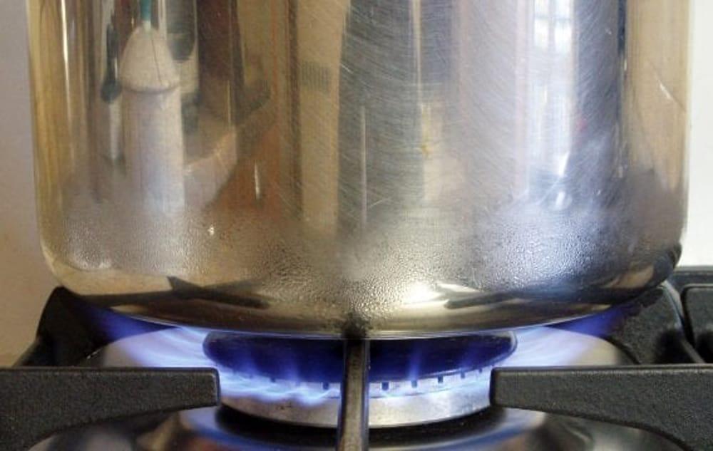 Marano lascia la pentola sul fuoco scoppia lincendio in