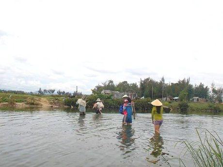 Phu huynh lieu minh 'cap' con vuot song di hoc - Anh 3