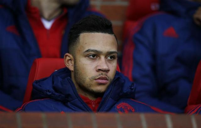 Memphis Depay on the bench