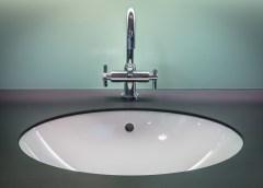 Comment nettoyer et garder propre les chromes de salle de bain