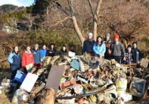 A group of Harvard students learned about JEN's clean-up efforts first-hand.