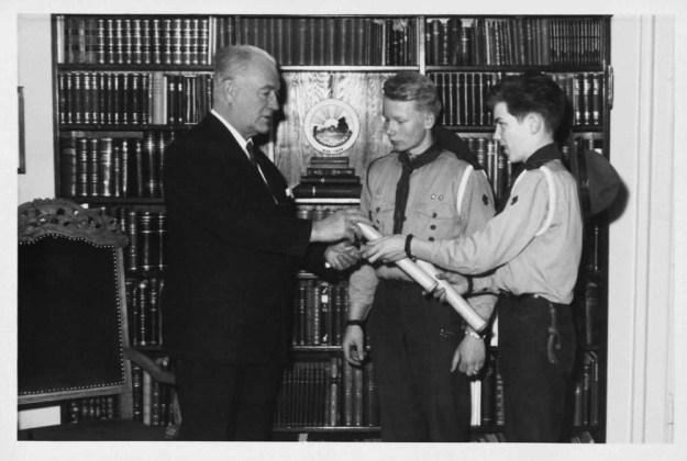 Skátarnir Arnlaugur Guðmundsson (í miðið) og Haukur Haraldsson (th) afhenda Ásgeiri Ásgeirssyni forseta kveðju skátahöfðinga á Bessastöðum 31. desmeber 1961