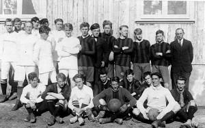 Liðsmenn Knattspyrnufélagsins Harðar og Fótboltafélags Ísafjarðar árið 1922